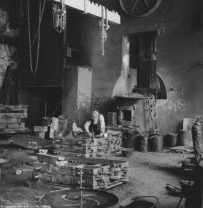 La fonderia in una foto d'epoca