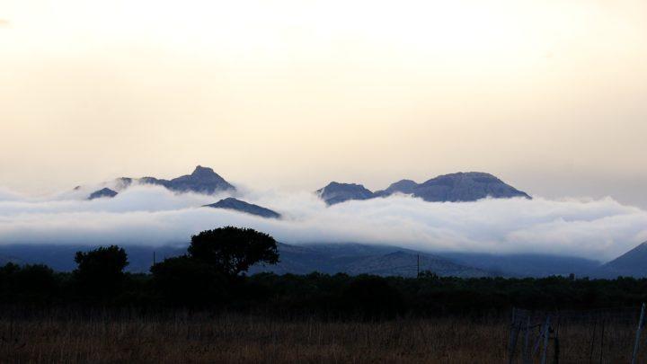 La cima del monte majori avvolta dalle nubi